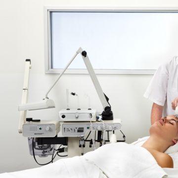 Chuyên viên chăm sóc da mặt và trị liệu